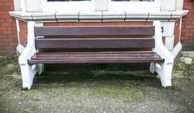 Drewniana ławka w ulicie Obrazy Royalty Free