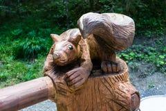 Drewniana bóbr rzeźba w lesie zdjęcie stock