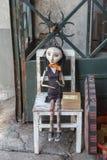 Drewniana Będąca ubranym kobiety marionetka na Białym krześle Obraz Royalty Free