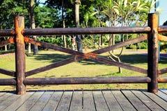 Drewniana balustrada przy pustym tarasem zdjęcia royalty free