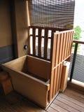 Drewniana bambusowa wanna w tradycyjnym Japońskim austeria hotelu zdjęcie royalty free