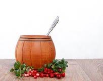 Drewniana baryłka z łyżką i lingonberries na białym tle Obrazy Royalty Free