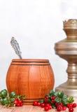 Drewniana baryłka z łyżką, lingonberries i zamazaną nafty lampą, Zdjęcia Royalty Free