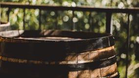 Drewniana baryłka z czerwieni i wihte winem dla kosztować na winnicy Odbitkowa przestrzeń dla teksta i projekta Textured przedmio Obraz Royalty Free