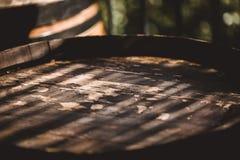 Drewniana baryłka z czerwieni i wihte winem dla kosztować na winnicy Odbitkowa przestrzeń dla teksta i projekta Textured przedmio Fotografia Royalty Free