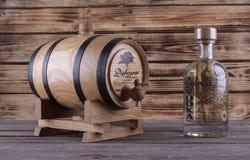 Drewniana baryłka na drewnianym tle Zdjęcie Royalty Free