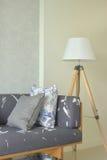Drewniana baza z szarą tapicerowanie kanapą i biel cienimy drewnianego flo zdjęcie stock