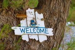 Drewniana biała plakieta z wpisowym powitaniem drzewo z gałąź zdjęcie stock
