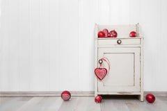 Drewniana biel ściana dla tła z czerwonymi boże narodzenie piłkami Zdjęcia Royalty Free