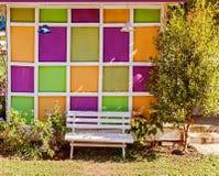 Drewniana bielu ogródu ławka Obrazy Stock