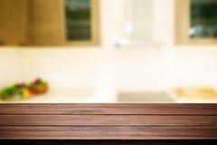 Drewniana biurko przestrzeń i zamazujący kuchenny tło dla produktu d Zdjęcie Royalty Free