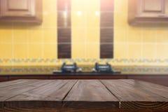 Drewniana biurko przestrzeń i zamazujący kuchenny tło dla produktu d Obrazy Royalty Free