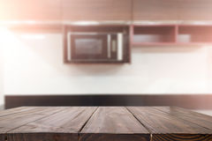 Drewniana biurko przestrzeń i zamazujący kuchenny tło dla produktu d Zdjęcia Stock