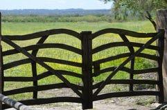 Drewniana brama kwiatu pole Obrazy Royalty Free