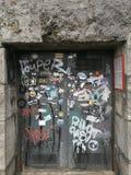 Drewniana brama maluje z graffiti Obrazy Royalty Free