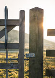 Drewniana brama z metalu otwarcia mechanizmem obrazy stock