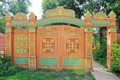 Drewniana brama z rzeźbiącym ornamentem Fotografia Stock