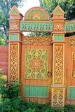 Drewniana brama z rzeźbiącym ornamentem obraz stock