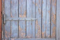 Drewniana brama z strugać błękitną farbę lub żaluzja obrazy stock