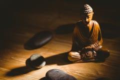 Drewniana Buddha statua na stole zdjęcie royalty free