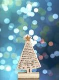 Drewniana choinka na bokeh bożonarodzeniowe światła tle Obrazy Stock
