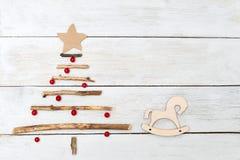 Drewniana choinka z jagodami viburnum i drewniany Fotografia Stock