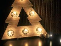 Drewniana choinka z lampami Boże Narodzenie zabawki na stole zdjęcia stock