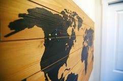 Drewniana ścienna mapa z szpilkami Obrazy Stock