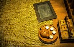 Drewniana czerni deska, teapot i Zdjęcie Stock