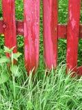 Drewniana czerwona brama na trawie Fotografia Stock