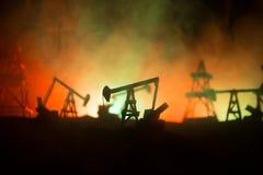 Drewniana dekoracja Nafcianej pompy wie?y wiertniczej energetyczna przemys?owa maszyna dla rop naftowych w zmierzchu tle dla proj obrazy stock