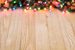 Drewniana deska i barwiący światła, selekcyjna ostrość, pokój dla kopii Fotografia Stock