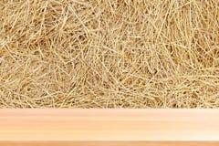 Drewniana deska na słomie, puste drewno stołu podłoga na słomianym sianie suszy tło, drewniany stołowej deski słomy ściany pusty  zdjęcie royalty free