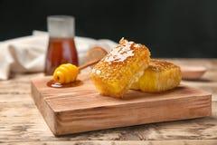 Drewniana deska z świeżymi honeycombs Zdjęcia Stock