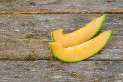 Drewniana deska z yummy melonów plasterkami na stole Zdjęcie Stock