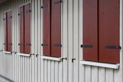 Drewniana domowa powierzchowność z zamkniętymi nadokiennymi żaluzjami Obrazy Royalty Free