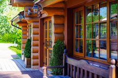 Drewniana domowa restauracja w parku fotografia stock