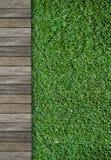 Drewniana droga przemian i zielona trawa Obrazy Stock