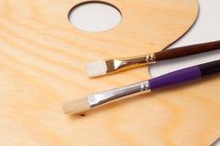 Drewniana farby paleta, muśnięcia i Zdjęcie Stock
