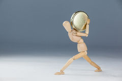 Drewniana figurka trzyma złocistą monetę Fotografia Stock