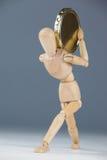 Drewniana figurka trzyma złocistą monetę Zdjęcia Stock