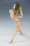 Drewniana figurka trzyma złocistą monetę Zdjęcia Royalty Free