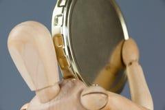 Drewniana figurka trzyma złocistą monetę Zdjęcie Royalty Free