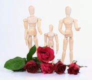 Drewniana figurki rodzina z różami. Zdjęcie Stock