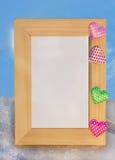 Drewniana fotografii rama z barwiącymi sercami Fotografia Royalty Free