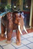 Drewniana frontowa hotelowa drzwiowa słoń postać, Laos Zdjęcia Stock