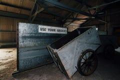 Drewniana fura i Używa Twój Zmielonego znaka Zaniechanego Indiana wojska Amunicyjna zajezdnia - Indiana - władzy paczki dom - fotografia stock