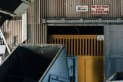Drewniana fura Przyległy do windy Zaniechanego Indiana wojska Amunicyjna zajezdnia - Indiana - władzy paczki dom - fotografia stock
