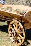 Drewniana fura z sianem dla wystroju podczas tradycyjnego żniwo jarmarku fotografia royalty free