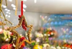 Drewniana gwiazda gałąź z grono czerwonymi jagodami wiesza na faborku lub taśmie inne girlandy i dekoracje kopia Zdjęcia Royalty Free
